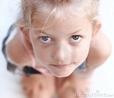 Criança que olha acima