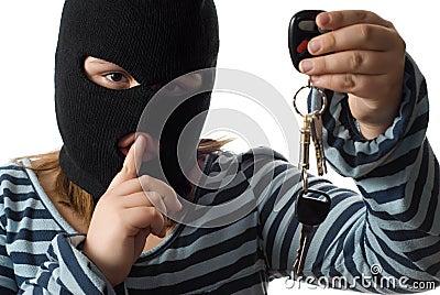 Criança que rouba chaves do carro
