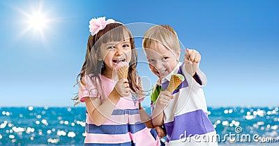 Crianças com o gelado ao ar livre. Seashore no verão