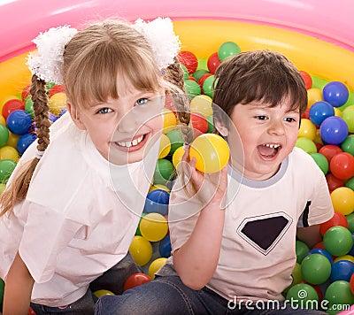 Crianças e grupo da esfera no campo de jogos no parque.