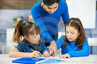 Crianças e professor na sala de aula