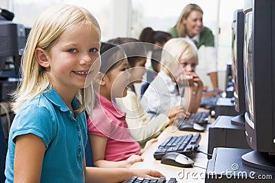 Crianças que aprendem como usar computadores.