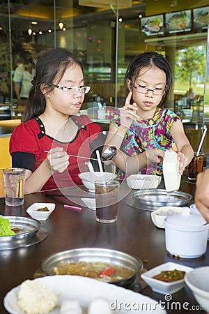 Crianças que têm o almoço