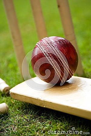 Free Cricket Ball Bat & Stumps Royalty Free Stock Photo - 14833965