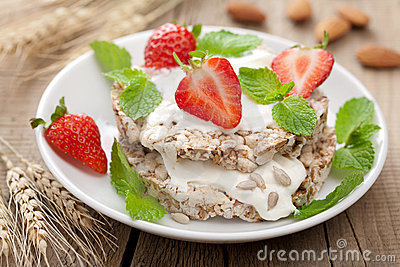 Crisp bread with cottage cheese and berries