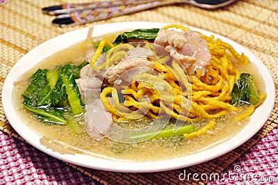 Crisp noodle in creamy sauce
