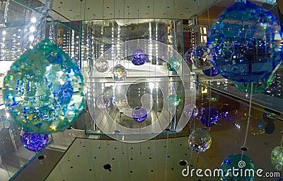 Cristales swarovski en una caja de cristal foto de archivo for Cristales swarovski para decorar unas