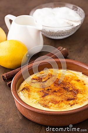 Crème brulée traditionnelle sur le plat en céramique