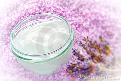 Crème faciale dans le choc en verre dans une station thermale