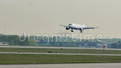 Croatia Airlines-vliegtuig in de Luchthaven van Frankfurt, FRA stock footage