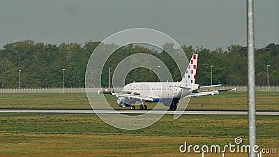 Croatia Airlines-vliegtuig in de Luchthaven van Frankfurt, FRA stock videobeelden