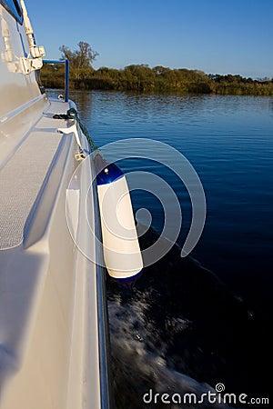 Croiseur de loisirs sur le fleuve