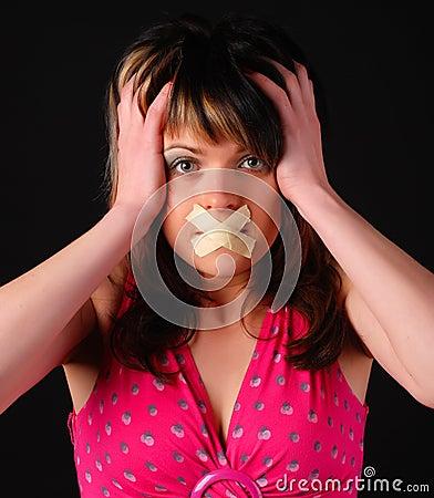 Femme avec la croix sur sa bouche