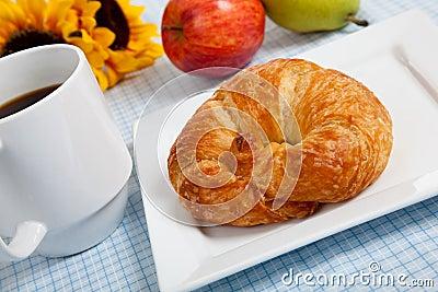 Croissant avec les pommes et le café sur le guingan
