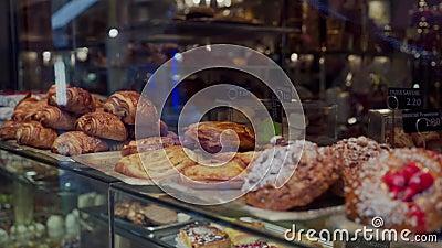 Croissants cozidos e vários bolos de gourmet à venda na padaria parisiense Fechar Cuisina francesa tradicional video estoque