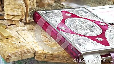 Croix orthodoxe avec la bible dans l'?glise banque de vidéos