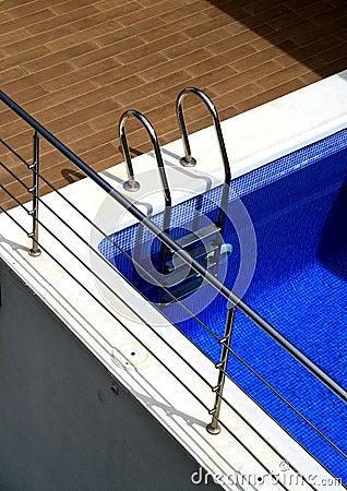 Cromo y piscina