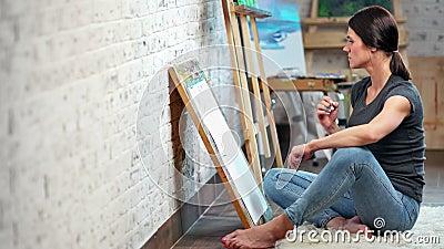 Croquis femelle de dessin de dessin ? main lev?e de peintre de cr?ativit? qualifi?e sur le plein tir de toile banque de vidéos