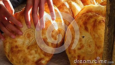 Crosta dourada no pão video estoque