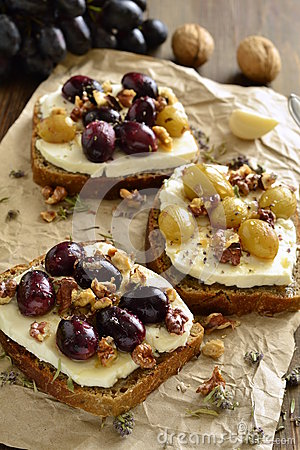 Free Crostini With Roasted Grapes, Goat Cheese, Walnuts And Honey Royalty Free Stock Images - 65132119