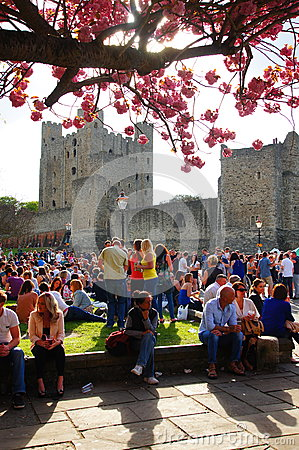 Free Crowded Rochester Castle Grounds Stock Photo - 85706220