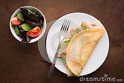 Crêpe del prosciutto e del formaggio con insalata