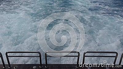 Cruise Ferry Sailing Sea Trip Boat Ship Wake, Foamy Waves Reisend naar Beach stock footage