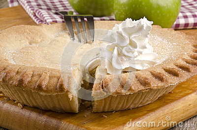 Crunchy apple pie with whipped cream