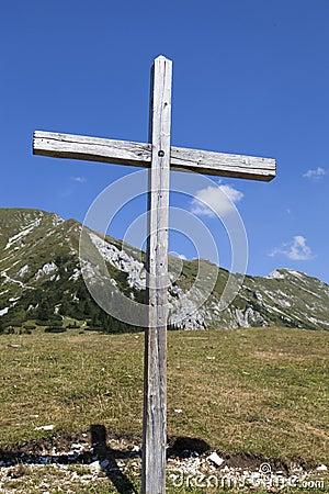 Cruz de madera en las montañas