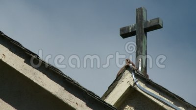 Cruz en el techo de la iglesia almacen de video
