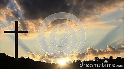 Cruz grande en la puesta del sol almacen de metraje de vídeo