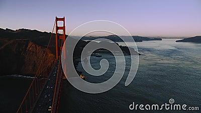 Cruzando sobre el puente Golden Gate hacia la Bahía de San Francisco Horseshoe y Marín Headlands, por la noche a la luz almacen de metraje de vídeo