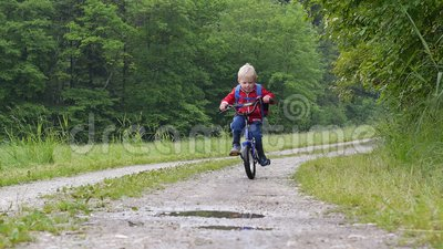Cruzando uma poça com a bicicleta filme