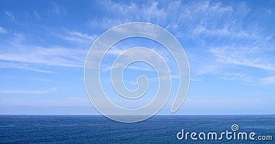 Céu azul e mar