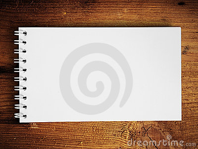 Cuaderno horizontal en la madera de la teca