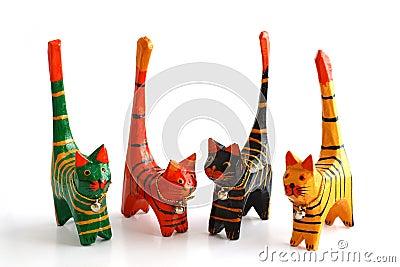 Cuatro gatos de madera