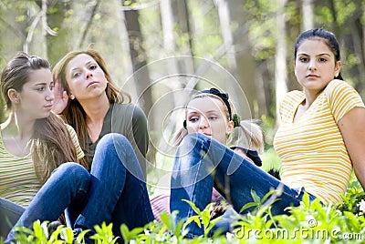 Cuatro muchachas en bosque