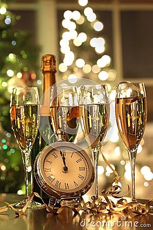 Cuatro vidrios de champán listos por el Año Nuevo