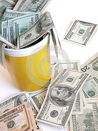 Cubeta completamente de notas do dólar