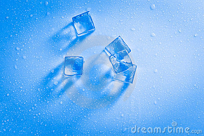 Cubi di ghiaccio bagnati