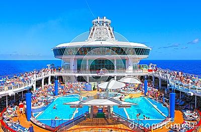 Cubierta de la piscina del barco de cruceros Imagen editorial