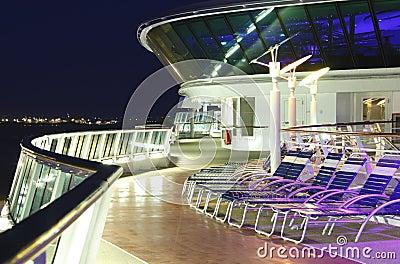 Cubierta del barco de cruceros en la noche
