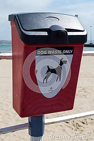 Cubo de la basura del perro Foto de archivo editorial