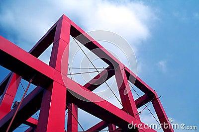 Cubo vermelho de encontro ao céu azul