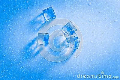 Cubos de hielo mojados