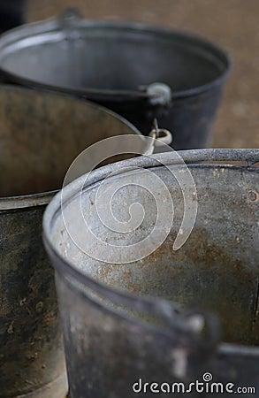 Cubos viejos del vintage del metal de la lata