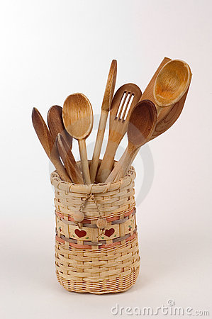 Cucchiai di legno in un cestino