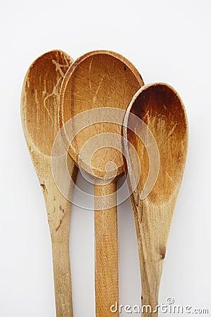 Cucharas de cocinar viejas, de madera.