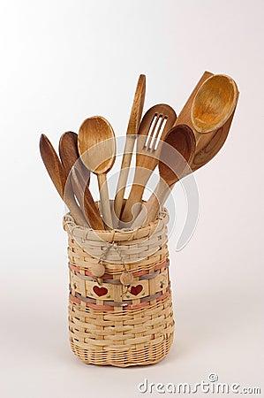 Cucharas de madera en una cesta