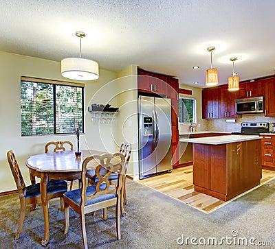 Piccola cucina con il pavimento di legno duro, i gabinetti della ...